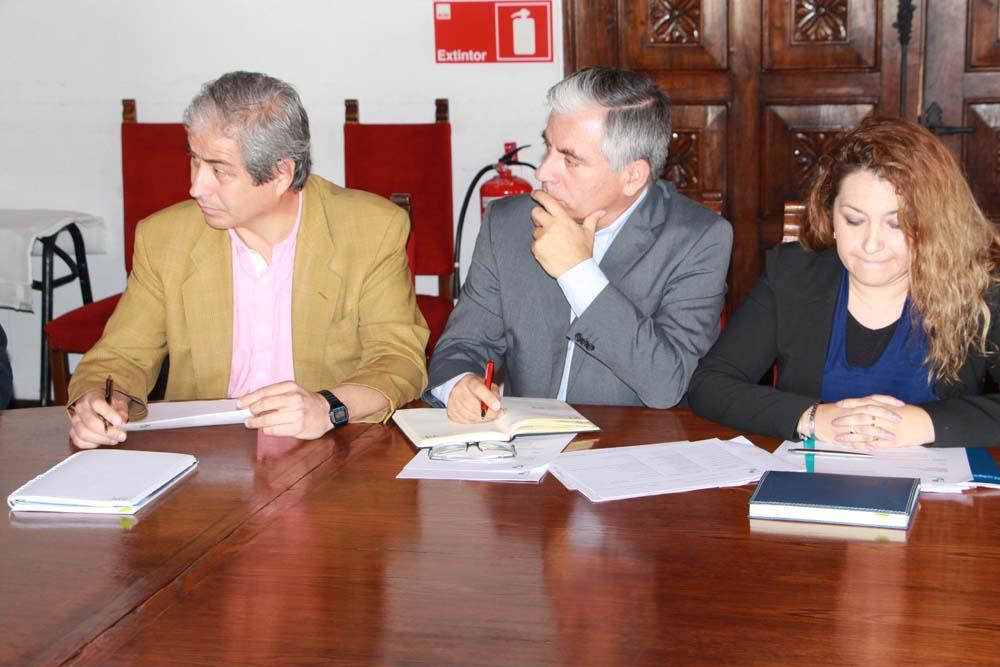 Dirigentes del Colegio de Profesores reunidos en el Municipio