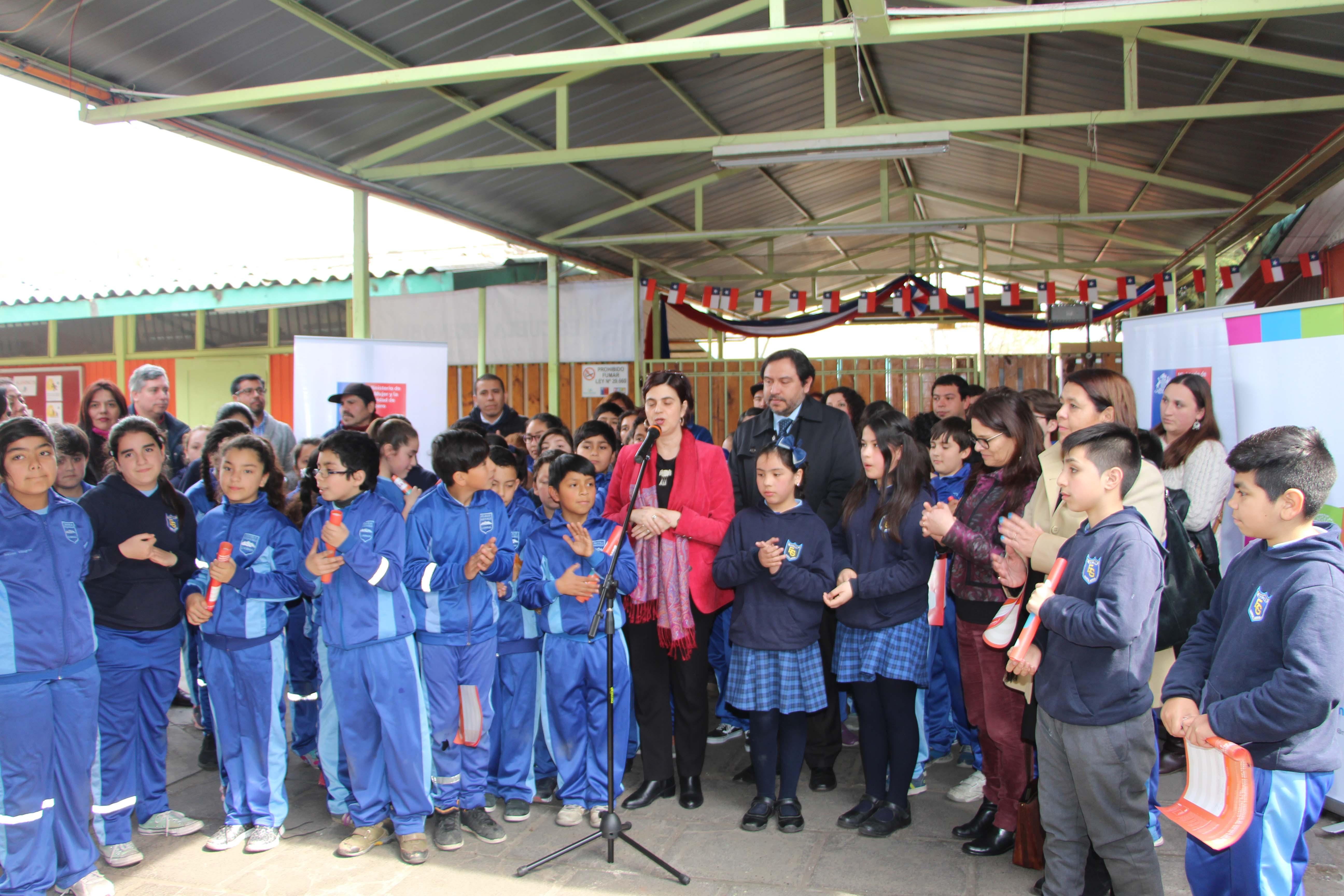 En Escuela Grenoble, ministra de la mujer lanza campaña Compartamos la Pega