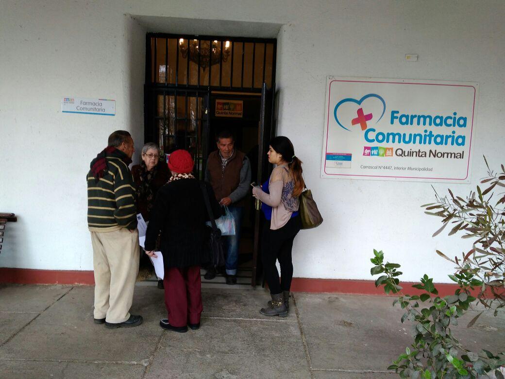 Vecinos de la tercera edad conocen beneficios de la Farmacia Comunitaria