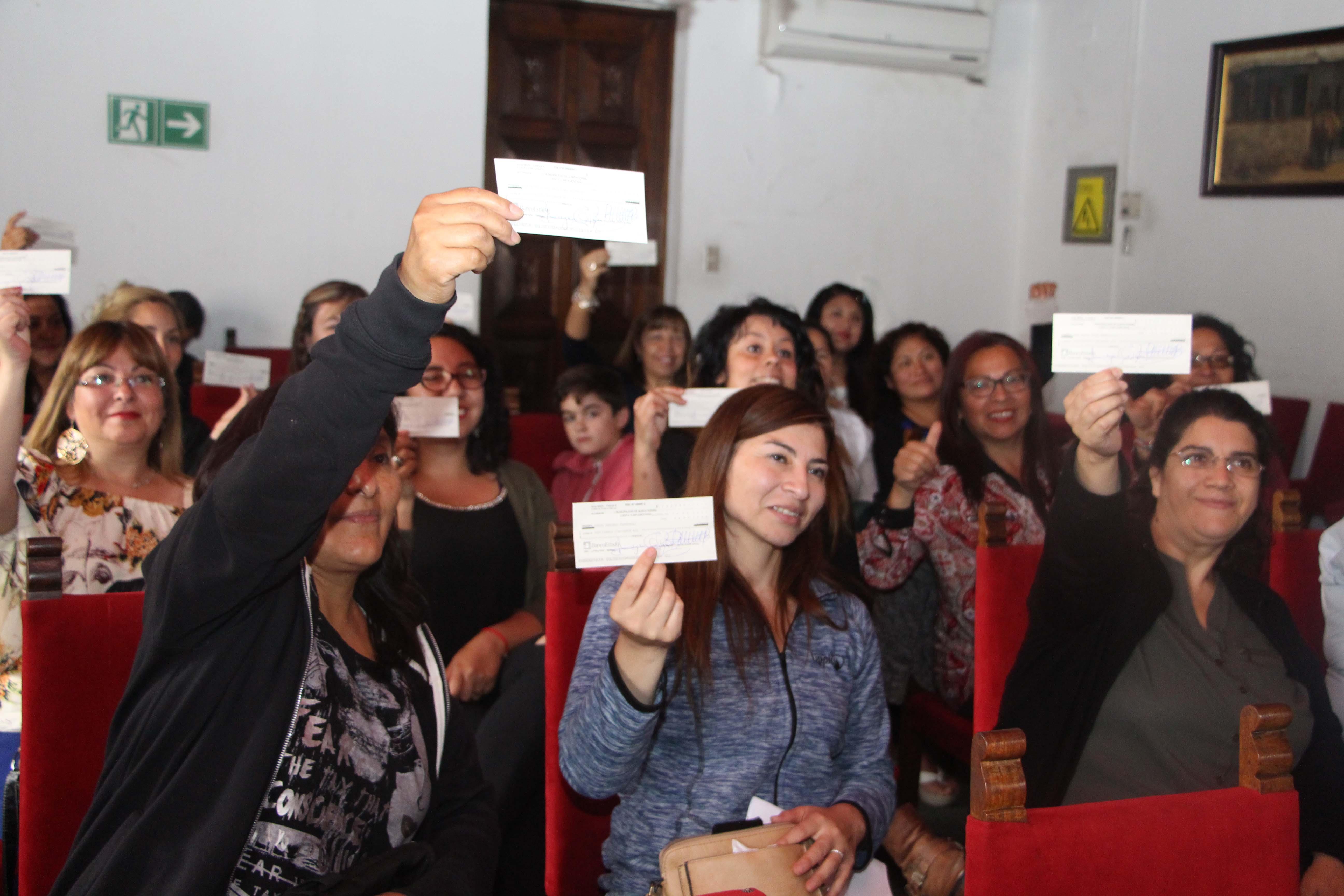 Emprendedoras de la comuna reciben cheques para realizar sus proyectos