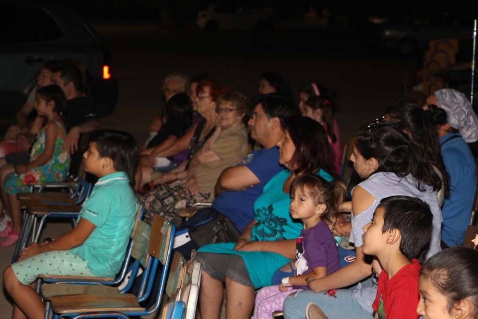 Con cine al aire libre comenzaron actividades veraniegas