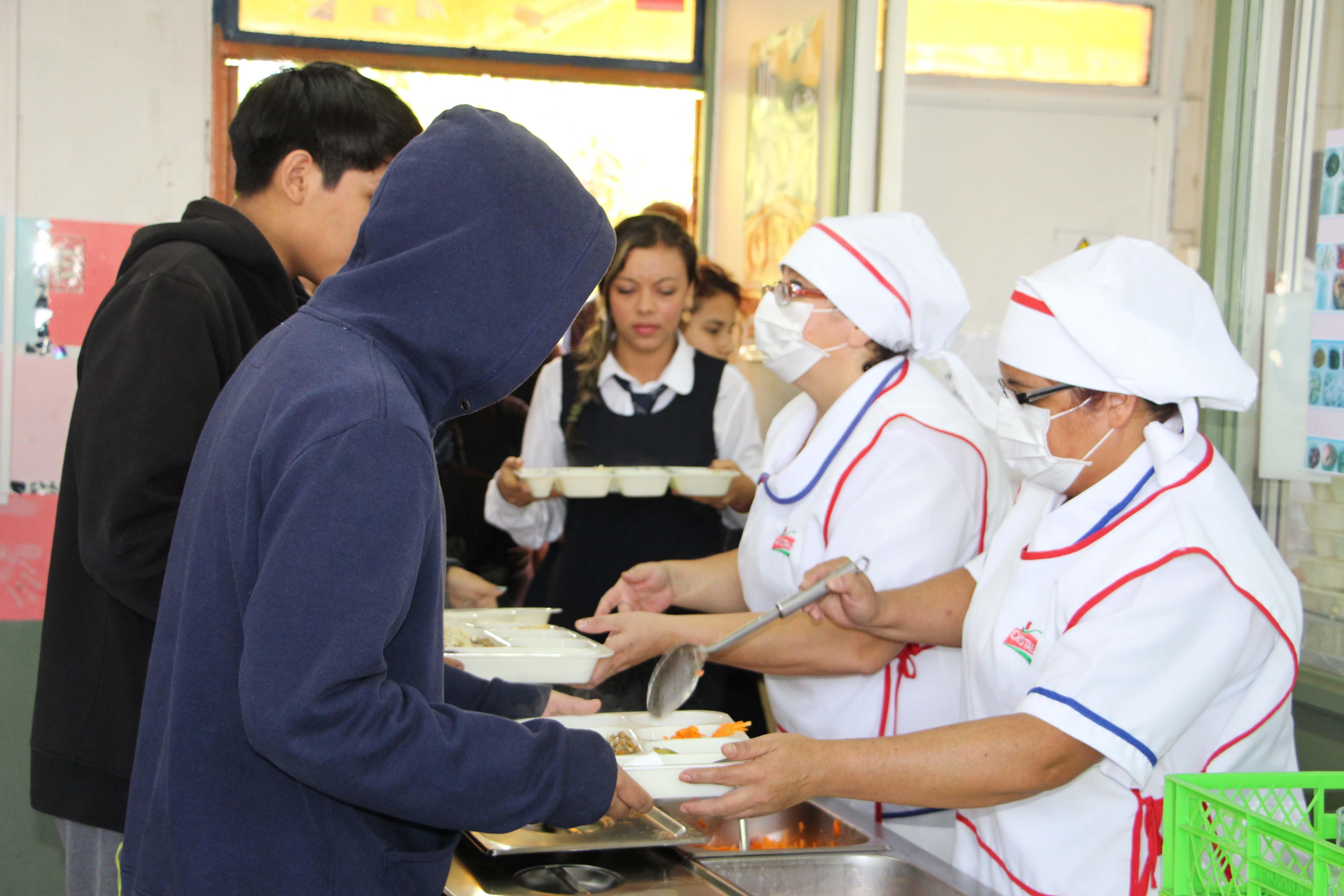 Delegación internacional visita liceo B79 para conocer exitoso programa de alimentación escolar