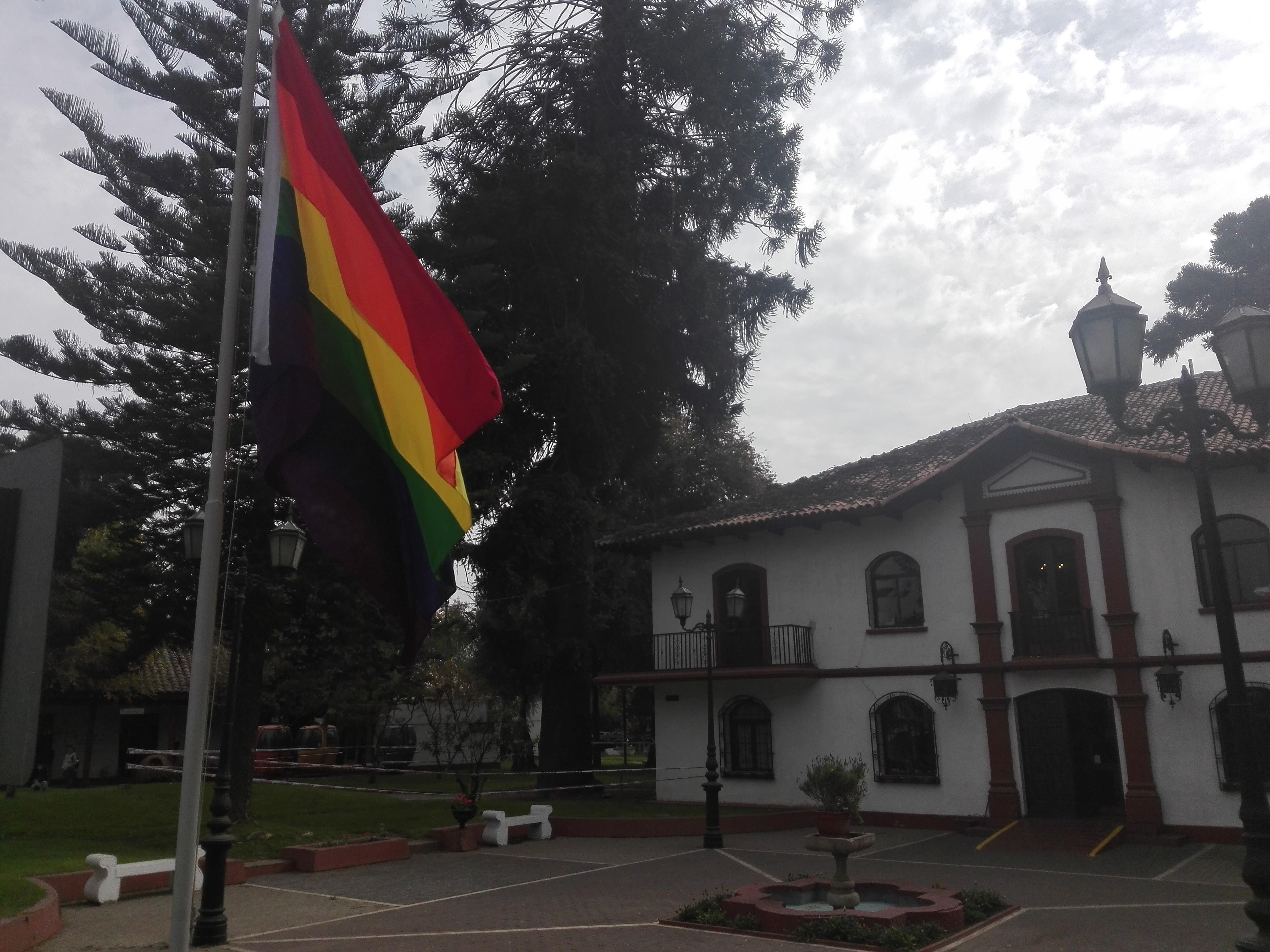 Municipio iza bandera arcoiris contra la homofobia y la transfobia