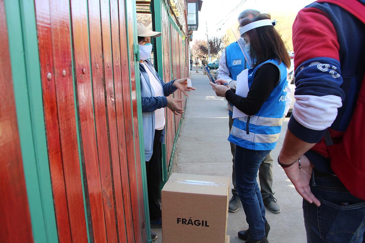 Entrega de cajas de mercadería del gobierno por el municipio